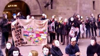 Unes 200 persones es van concentrar ahir a la plaça de la paeria de Lleida per participar en la 'flashmob' ACN