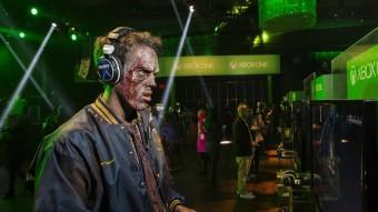 Un jugador caracteritzat de zombie juga amb la consola Xbox One en un dels actes promocionals de Microsoft a Nova York LUCAS JACKSON / REUTERS