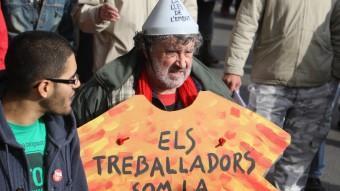 Una manifestant en una protesta a Girona contra les retallades. LLUÍS SERRAT
