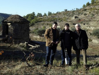 El sommelier Josep Roca, l'enòleg Miquel Palau i el president d'Abadal, Valentí Roqueta, al costat de la tina de pedra recuperada a Mas Arboset. ORIOL DURAN