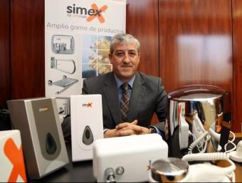 Ignacio Asens, gerent de Clinimax, amb alguns dels productes.  JUANMA RAMOS