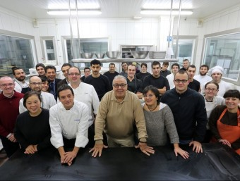 Bona part de l'equip de l'empresa Sauleda Pastissers ubicada en una nau del polígon Sot de les Vernedes de Sant Cebrià de Vallalta.  QUIM PUIG