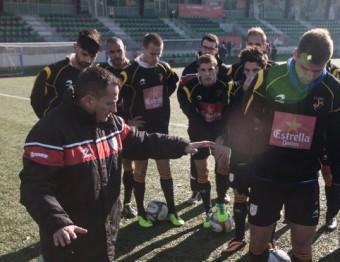 Els jugadors de la selecció amateur escolten el tècnic, Toni Almendros, en la sessió d'entrenament d'ahir al camp de del Cornellà ÀLEX GALLARDO / FCF