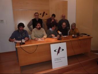 Vuit dels cinquanta un càrrecs electes dels ajuntaments del Gironès, ahir a la roda de premsa del ´presentació del manifest, a Girona JOAN TRILLAS