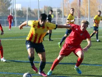 Òscar Muñoz controla la pilota, pressionat per Contreras, en el partit que la selecció catalana amateur va jugar contra les Illes Balears a Cornellà QUIM PUIG