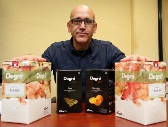 Artur Ricart, amb alguns dels licors envasats en els 'bag-in-box'.  JUANMA RAMOS