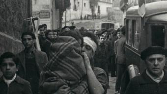 SoldevilaVeïns marxant del Poble Sec després del bombardeig del 17 de març de 1937 PÉREZ DE ROZAS / ARXIU FOTOGRÀFIC DE BARCELONA