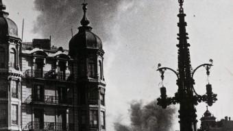 L'explosió d'una bomba davant del Coliseum, a la Gran Via, el 17 de març del 1938 ARXIU FOTOGRÀFIC DE BARCELONA