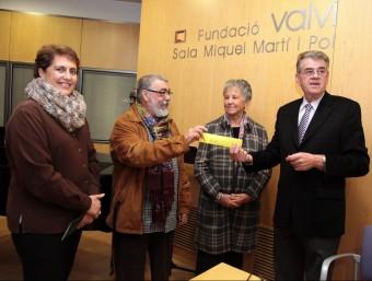 Miquel Ruiz lliura els negatius a Joaquim Vidal, a la Fundació Valvi, i entre ells hi ha Montserrat Sans. A l'esquerra, Isabel Muradàs JOAN SABATER