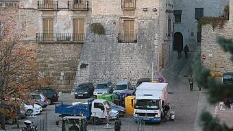 Els treball per col·locar els contenidors a Sant Domènec. M. LLADÓ