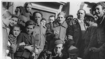 Grup de requetès confraternitzant amb veïns de Manresa, durant l'ocupació de l'exèrcit franquista. ARXIU COMARCAL DEL BAGES