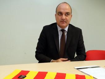 Andreu Subies, amb la samarreta de la selecció al seu davant, durant l'entrevista a la seu d'El 9 Esportiu QUIM PUIG