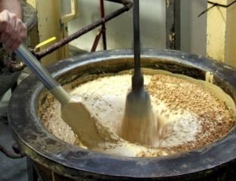 Producció de torró per a la campanya d'aquest Nadal a una fàbrica de torrons de Xixona