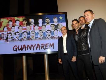 El cos tècnic de la selecció i Andreu Subies posen al costat d'una pantalla en què hi ha una foto de tots els convocats per al partit contra Cap Verd, ahir a l'Estadi Olímpic QUIM PUIG
