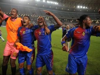 Els jugadors de Cap Verd , celebrant en el camp la classificaicó per l'eliminatòria final a Tunísia FIFA