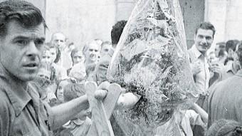 Imatge de Xavier Garcia   DURANT ELS ANYS DE GUERRA. A LA DRETA, UN ARTICLE DE FINALS DEL 1938 ON DENUNCIAVA EL COMPORTAMENT DELS MILITANTS D'ESQUERRA, I UNA CARICATURA D'ARNAL, QUE VA SER DIBUIXANT DEL 'TBO' ARXIU