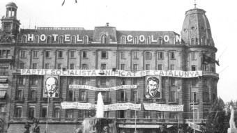 Tres brigadistes internacionals a Barcelona, a la plaça Catalunya, davant de l'aleshores seu del PSUC, l'hotel Colon. Són tres germans danesos (els rossos), a l'inici de la guerra.  ACER