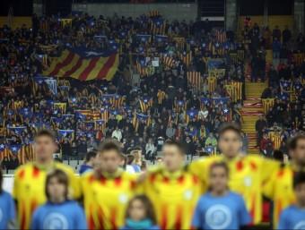 Una imatge del partit d'ahir a l'Estadi Olímpic QUIM PUIG