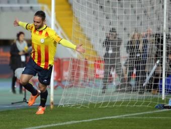 Sergio García , amb el braçalet de capità, celebra un dels dos gols, amb el porter de Cap Verd abatut QUIM PUIG