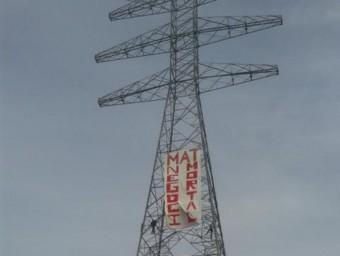 La pancarta contra la MAT es va penjar en una de les torres acabades de construir a Llampaires EL PUNT AVUI