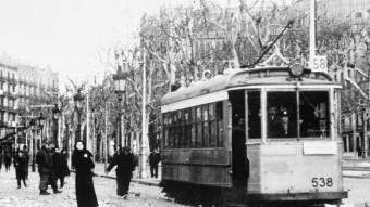 El passeig de Gràcia, el gener de 1939. A la dreta hi ha les restes d'un bombarder alemany, abatut el 17 de gener i exposat com a trofeu de guerra ARXIU MANUEL ORTEGA GRASA
