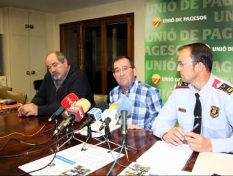 L'intendent dels mossos , Josep Maria Estela, amb representants d'Unió de Pagesos, durant la roda de premsa d'ahir SALVADOR MIRET/ACN