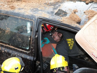 L'activista a l'interior del cotxe, atès per bombers. JOAN SABATER