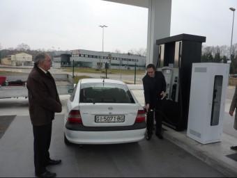 Un client, divendres a la tarda, en un dels assortidors de l'ES Petrolis Bescanó, emplenant els dipòsit del seu vehicle JOAN TRILLAS