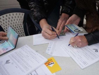Signant per la independència, amb documents d'identitat francesos, a Prada del Conflent. ANC