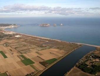 Vista aèria del tram final del riu Ter, amb la plana de conreus i les illes Medes al fons EL PUNT AVUI