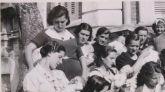 Grup de mares refugiades, amb els nadons i els seus altres fills, a les escales de la Maternitat d'Elna ARXIU