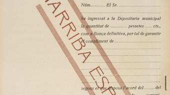 Un document de l'Ajuntament de Barcelona, en català, amb el tampó franquista d'Arriba España. AMCB