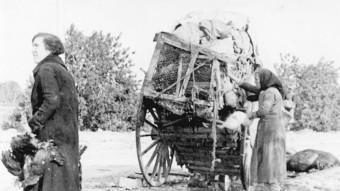 Un carro de persones que marxaven a l'exili, encallat
