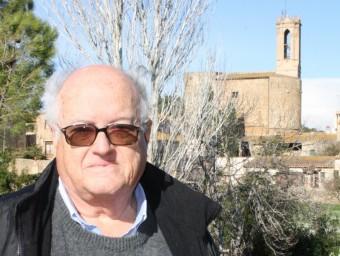 Joan Badia i Homs, a Parlavà, amb l'església de Sant Feliu al fons.  JOAN PUNTÍ