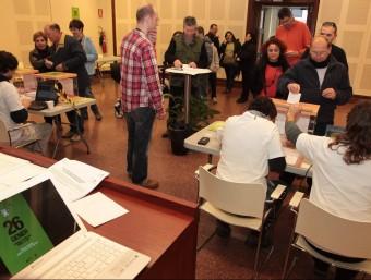 Un moment de la votació popular sobre la MAT diumenge a Santa Coloma JOAN SABATER