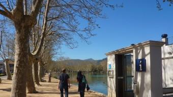 Visitants de l'estany, passejant pel davant de l'oficina de turisme. R. E