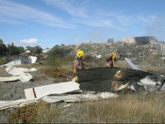 L'explosió va enviar part del sostre de la nau a un centenar de metres del polígon de Rodonyà EFE