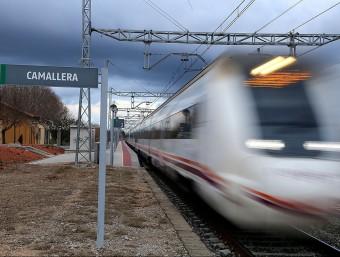 Un tren de mitjana distància passant de llarg , ahir a mitja tarda davant de l'estació de Camallera MANEL LLADÓ
