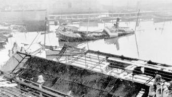 Una imatge del port de Barcelona amb vaixells enfonsats i els 'tinglados' absolutament destrossats. EDITORIALE AERONAUTICA
