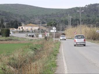 Via d'accés per poder travessar la C-31 on es farà una vial per a vianants i bicicletes. JOAN PUNTÍ