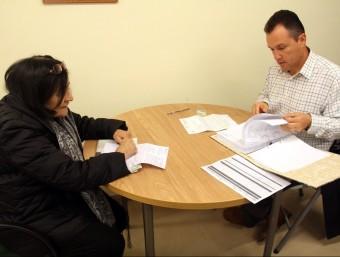 Una veïna de Sant Gregori signant l'acta d'ocupació en la convocatòria del desembre passat ACN
