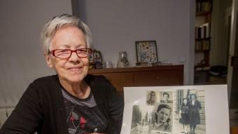 Roser Rosés, membre del Consell de Savis del Museu d'Història de Catalunya, mostrant imatges de quan era jove ALBERT SALAMÉ