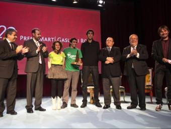 Els premiats i els finalistes del premi Martí Gasull per la llengua ahir a la nit, amb les autoritats ALBERT SALAMÉ