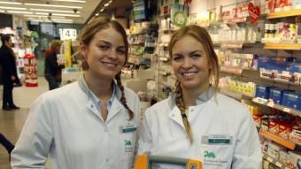 Les germanes Elena i Maria Schröder mostren el desfibril·lador amb què van salvar la vida a un home dimarts ORIO DURAN