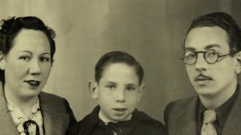 Pares i fill: Cinta Font, Artur Bladé i Font, i l'escriptor Artur Bladé i Desumvila, en una imatge del 1942, a França ARXIU FAMÍLIA BLADÉ I FONT
