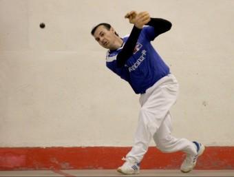 Víctor juga una pilota en una partida del Circuit Bancaixa. FREDIESPORT