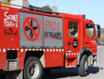 Un camió dels Bombers amb pintades contra les retallades ACN