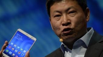 El conseller delegat de Huawei mostra la seva tauleta amb funcions de telèfon LLUÍS GENÉ / AFP