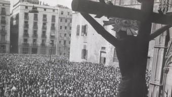 Adoració del Crist de Lepant, l'abril de 1944, a Barcelona. De l'exposició