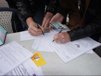 Imatge de la primera recollida de signatures a Catalunya Nord